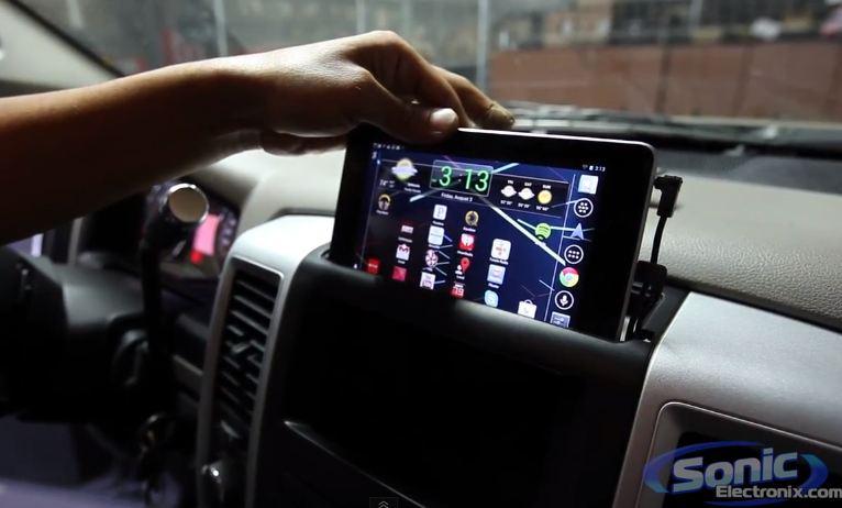 Установить планшет в машину