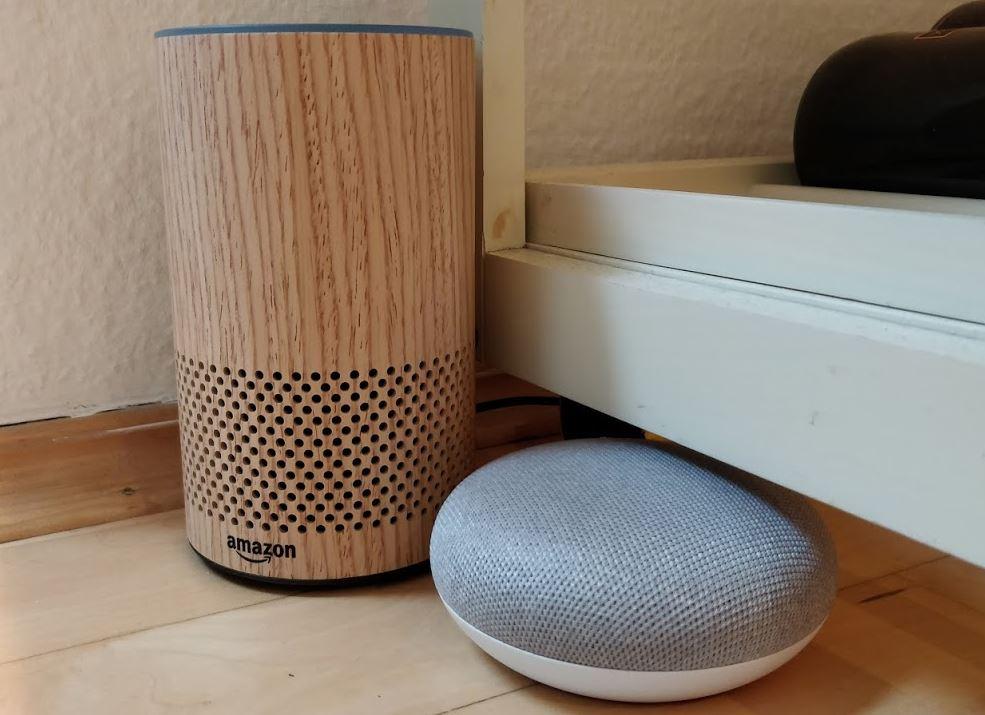Amazon Echo neben Google Home