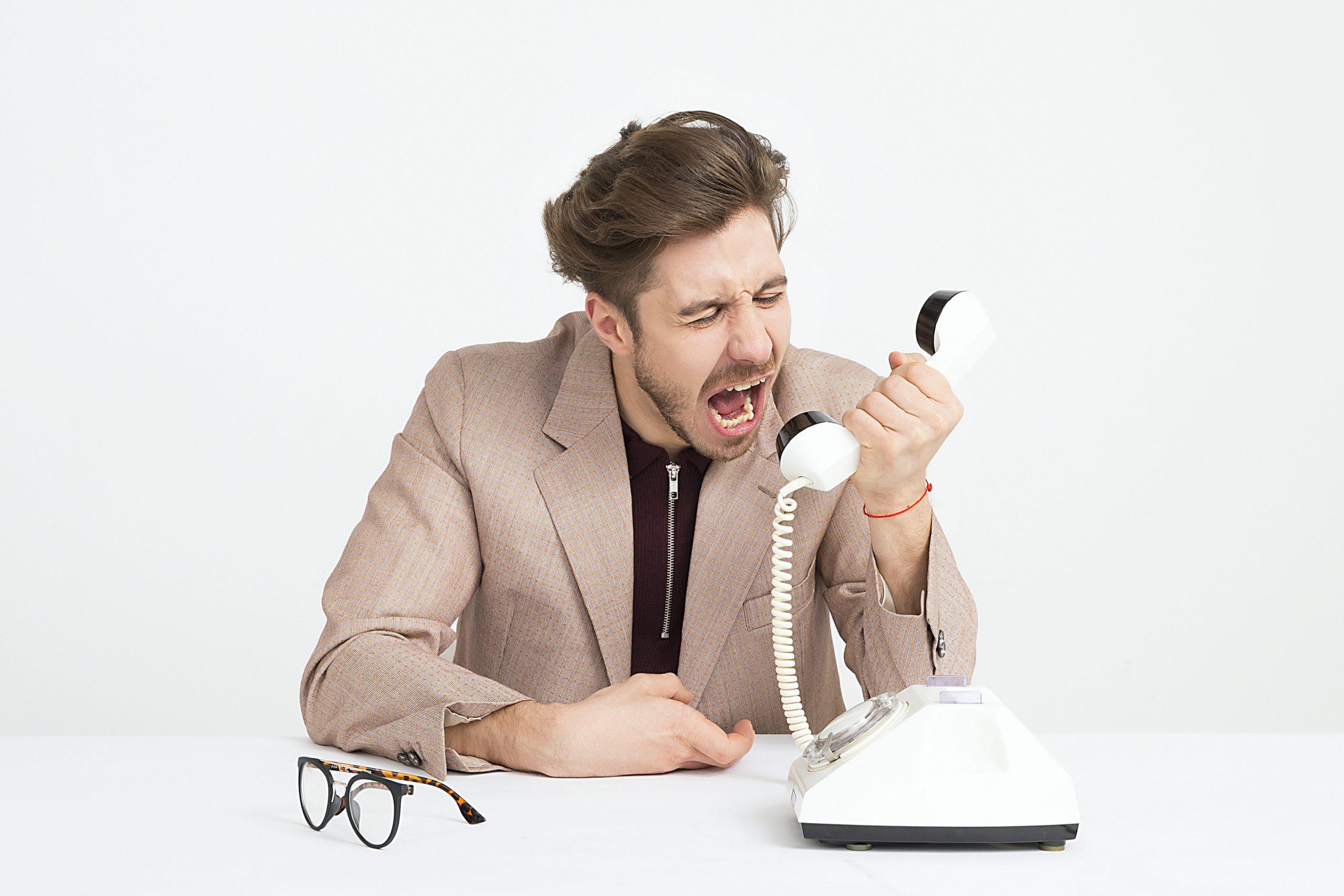 man holding telephone screaming telefon festnetz head